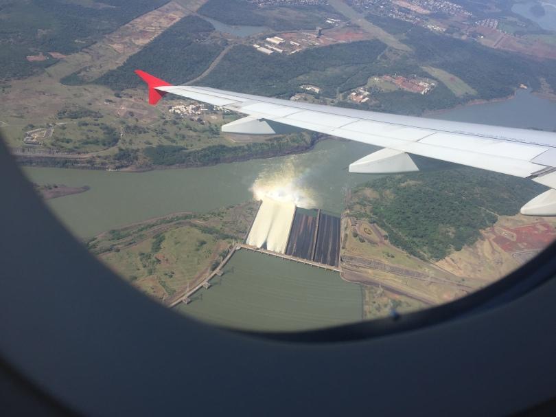 Vista de cima de Itaipú - vertedouros abertos